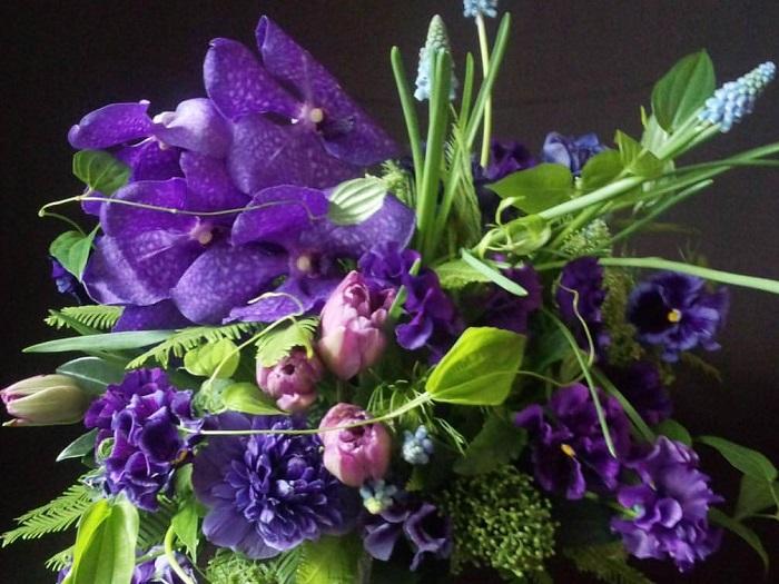 パンジーを活けるときにはその蕾も見逃さないであげてください。俯き加減につく蕾はそれだけでとても可愛らしい要素となりますし、しばらく待つと開いて小さなお花になる姿もまた可愛らしいところです。