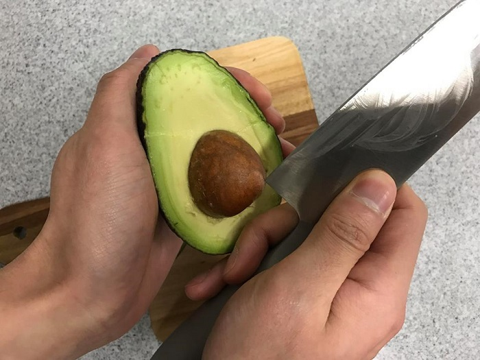 アボカドを料理に使ったあとの種を使って、水耕栽培にチャレンジしてみましょう。種の取り方は包丁の角を指してくるっと動かすときれいに取れます。(取る際は手を切らないようお気を付けください。)包丁でなくてもスプーンでも簡単に取ることができます。