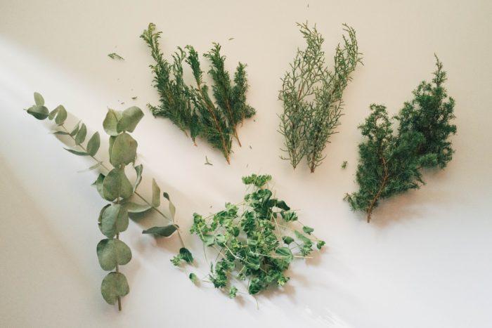ヒムロ杉、ヒバ、コニファー ブルーアイス、ユーカリ。常緑針葉樹やハーブなどのドライハーブを使うとナチュラル感もアップ! 香りまで楽しめます。スワッグを作った時に余ったハーブを吊るして自然乾燥し、自宅で保管していたものを使っています。