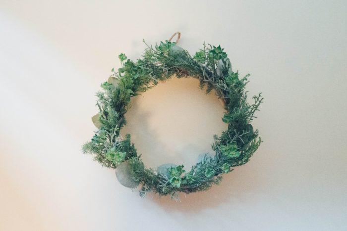 ユーカリの葉の部分だけをはさむように飾ります。切ったものを