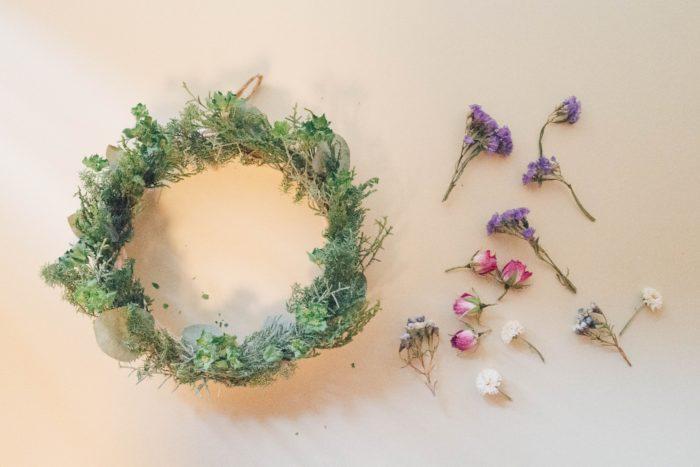 スプレーバラ、スターチス、ワックスフラワー、ブプレリウム、スプレーマム。結婚式やお祝いでいただいたお花、お花屋さんで購入したお花など、ドライフラワーになりそうなお花をドライにして保管していたものを使っています。