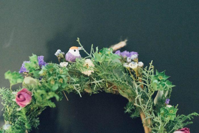 森の木々にとまっているように上下に小鳥を飾りました。