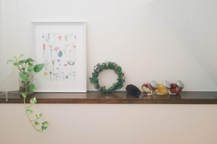壁などにくぼみを設置したニッチがある住居なら、ニッチはオブジェなどを飾るスペースにぴったりです。ニッチに、リースや観葉植物を飾れば、おしゃれ感もアップしそうですね。棚には、リースを壁に立てかけて飾るだけでも雰囲気がでます。