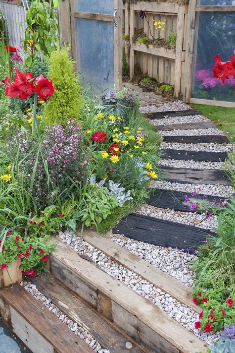 自然は直線を嫌うという言葉がありますが、花壇や園路を作るときにも、直線でなくRを描く曲線にすると、より自然風の庭になります。枕木やレンガ、ピンコロ石などを使って園路を作ってみましょう。隙間にはウッドチップなどをおいて、雑草がなるべく生えないようにすると管理も楽です。地面に起伏をつけるのも空間に奥行きが出ます。