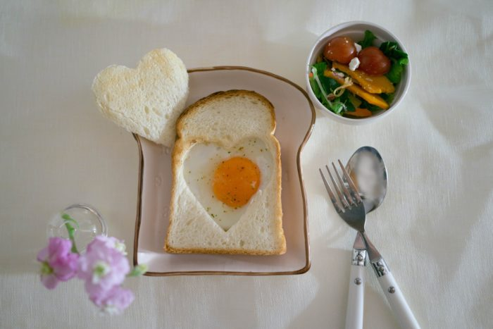 ワンプレートとして使いやすい、サイズ大きめのお皿も品揃え豊富なナチュラルキッチン。ボウルや小さめのココットと合わせれば、忙しい日も簡単おしゃれなカフェごはんの出来上がり! パンの形をしたお皿など、遊び心もくすぐります。カラフル野菜や玉子、ハムをのせるとまるでオープンサンドのよう! おしゃれで可愛いく、楽しい朝食やブランチができそうですね♪