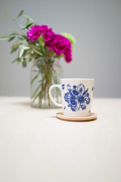 お家に北欧デザインのマグカップをお持ちの方も多いのでは? 北欧の食器は、デザインがかわいく色もきれいなので持っているだけでも幸せな気分になります。ナチュラルキッチンの木製ラウンドコースターは、北欧ブランドのマグカップにもぴったり! コースターだけでなく、ナチュラルキッチンのテーブルウェアはシンプルなデザインが多く、北欧デザインのマグカップやキッチンマットにも相性がいいです。