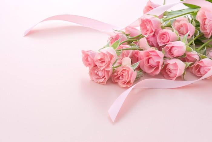 そばにいる人の気持ちを優しく包み込んでくれるかのようなピンクのバラは、出産のお祝いに贈るのにふさわしいお花です。4,000万年前にも存在していた野生のバラはピンク色。バラとして栽培された最初の色もピンクでした。ピンク色の濃淡によって、花言葉が付いているバラ。どれも前向きな花言葉ばかりです。