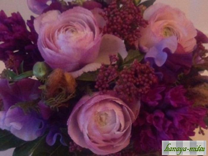 ラナンキュラスはとっても豪華なその花びらが魅力のお花ですが、そのため茎の華奢さに対してお花が重いというのが難点です。