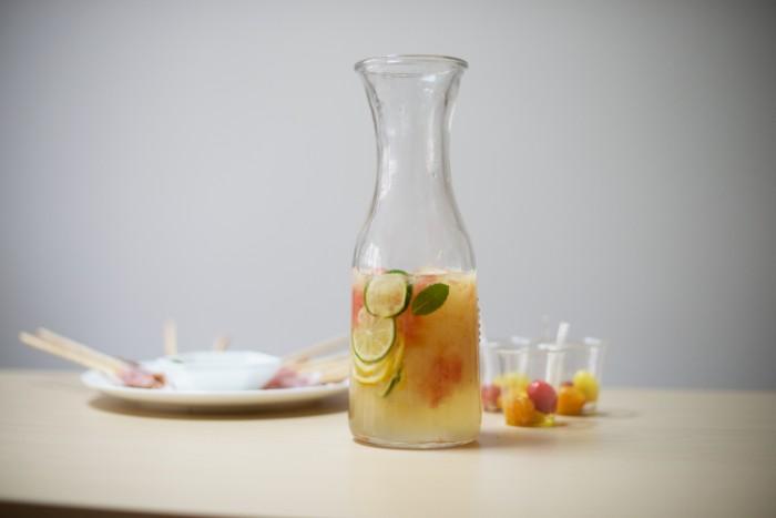 モヒート風ドリンク 材料 (8名分)  ミントの葉:1カップ 水:1 カップ 砂糖:1 カップ レモン:1/2 個 ライム:1/2 個 グレープフルーツ(ホワイト、ルビーどちらでもお好みで):2 個 はちみつ、またはガムシロップ:お好み 飾り用のミントの葉:お好み