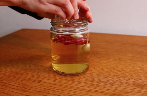 トウガラシとニンニクを米酢に加え、30~60日間漬け込んだら原液の完成。