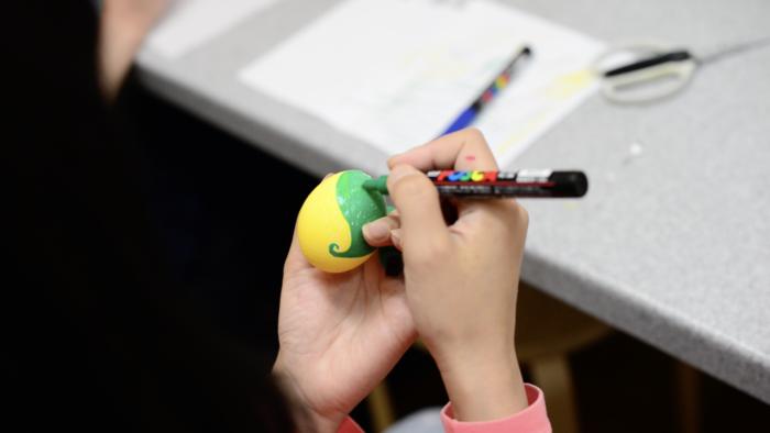 たまごの殻に絵を描きます。  絵は絵の具でも、ポスカなどのペン等を使って、好きな絵を楽しんで描いてみましょう。
