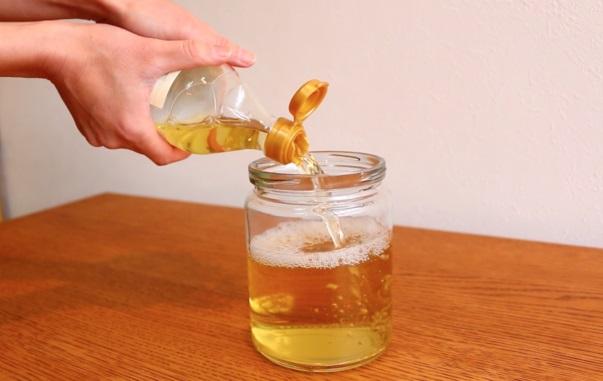 ガラス容器の中に純米酢を入れる。