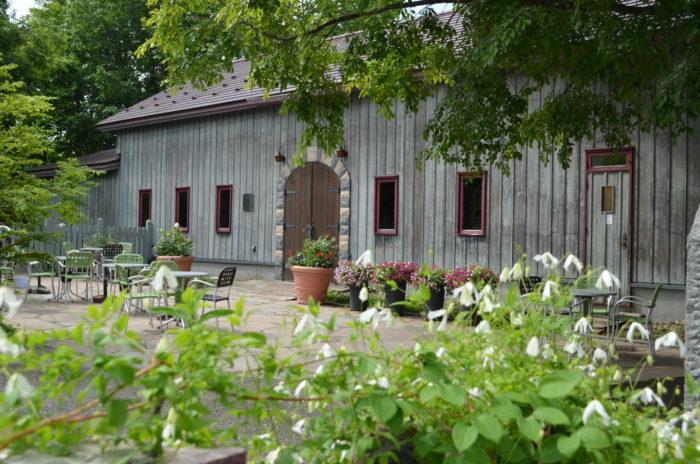 古い納屋の雰囲気をそのまま生かして改装したカフェでは、近郊のお米や道産の食材などを使用した軽食やスイーツが楽しめます。