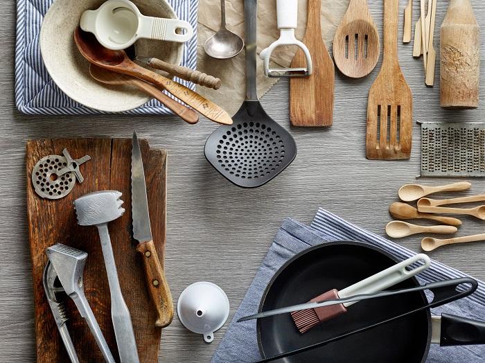 いつもおいしい料理を作ってくれるお母さんに、おしゃれなキッチン雑貨や料理をするのに気分がわくわくするアイテムなどを探してみてはいかがでしょうか。お料理好きのお母さんはきっと喜んでくれるはず。料理をのせるすてきなお皿なども家族みんなで楽しめるのおすすめ!