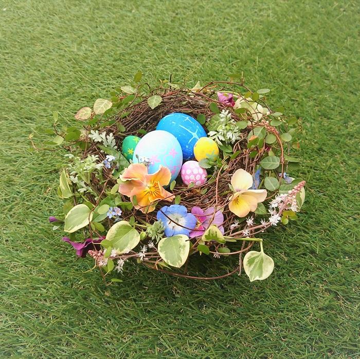 イースターの日にテーブルを飾るフラワーアレンジメントです。イースターエッグを使って、鳥の巣のような形に仕上げました。春らしい明るい色のお花は気持ちも明るくしてくれます。