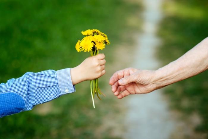 祖父母や両親が傘寿を迎えるのは、一生に一度です。一緒に盛大にお祝いをしたいですね。  傘寿のお祝いの良き日に、きっとお花が祝福の気持ちを伝えてくれます! 大切な人と一緒に、思い出となる素敵な一日をお過ごしください♪