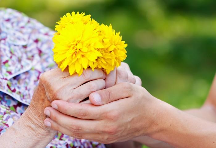 傘寿のお祝いには、紫色の座布団や末広がりで縁起の良い扇子を用意したり、傘を贈ったりするのも一般的です。ご本人が喜ばれるものを贈りたいですね。お祝い事を華やかに演出するものとして、花のプレゼントはいかがでしょうか?
