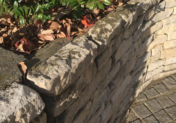石それぞれの表情があり、自然な風合いと高級感も兼ね備えた花壇になります。材質次第で和・洋どちらの建物ともマッチするのが魅力ですが、高い技術が必要なためプロに依頼する方が良いでしょう。