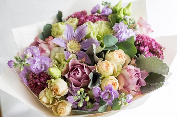 やっぱり母の日にはお花を贈りたい。大きなブーケでなくても、お花一輪と他のギフトの組み合わせもすてきですね。