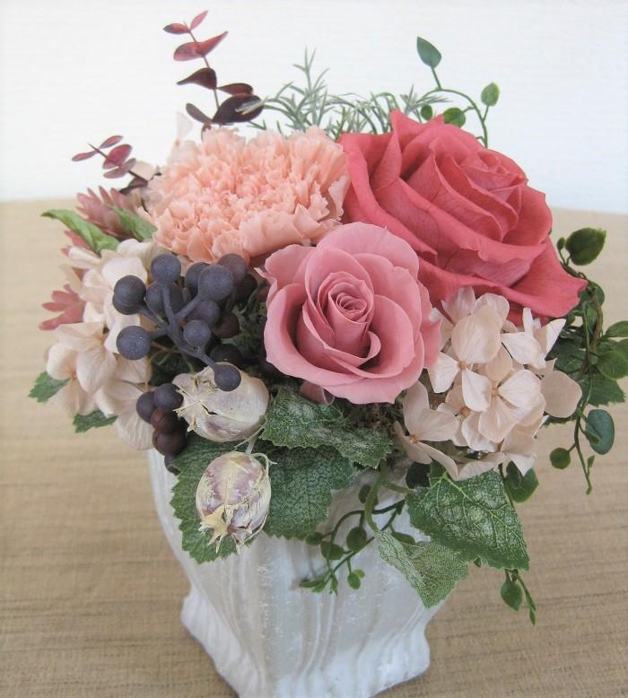 プリザーブドフラワーは、生の花を一番美しい時に加工したもので、見た目は生花のようにフレッシュで、生花のようなしなやかさを長時間楽しめるところが魅力的です。また、生花より軽く、水を追加する心配もないので気軽に楽しめます。