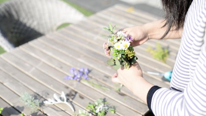 1. 花を種類別にならべる。  2.マッスフラワー(面の広いお花)を手にもちます。その周りにフィラフラワー(細かい花が集まる様に咲いているお花)  又は細かい葉のグリーンを合わせます。  3.その後、最初に持った花を中心に周りに好みで花を合わせてみましょう。  4.花を合わせたら、花の丈を切り揃えて、麻紐で花束を作っているときに手で持っていた支点の部分をしばります。