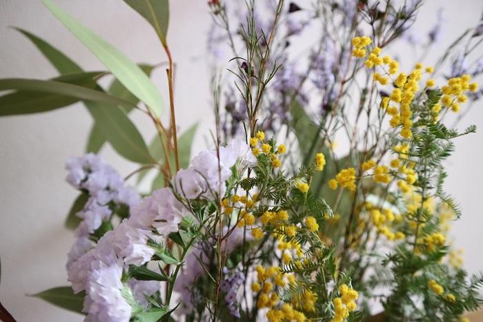 ミモザはふわふわなお花から小さくて丸い可愛らしいお花に。スターチスは生花の時と変わらずきれいな色味でドライになっていますね!