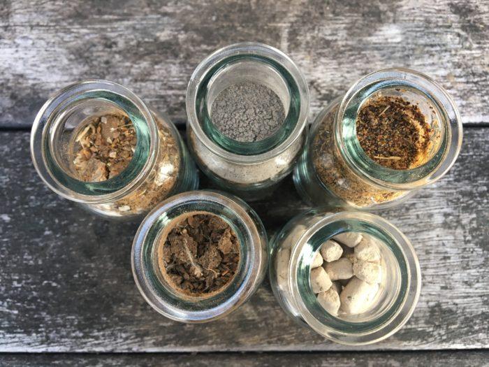 油かすは魚かすや鶏糞などの有機質肥料の中でも、植物が原料の植物質肥料の仲間です。菜種などの種子から油を採った残りかすで、製油工場の副産物として生産されています。  リン酸とカリも多少含んでいますが、主に窒素の含有量の多い有機肥料です。土壌の微生物を増やし、土壌の団粒化を促す土壌改良剤としても優れた肥料です。ゆっくり効果が持続する緩効性肥料のため元肥として使用される有機肥料です。