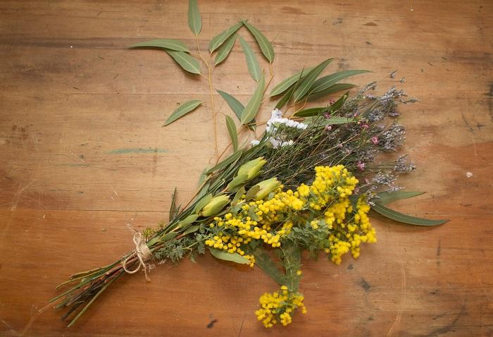 ふわふわなお花が魅力的でもあるミモザ。そのふわっとした様子は短い期間しか見ることができないので、最初は生花で愛でたあとにスワッグにしてお部屋のアクセントとして飾るのもおすすめ!  もちろん1本でもボリュームもあり魅力的なので、一輪挿して楽しんだあとにそのままドライにして飾ってもいいですね!