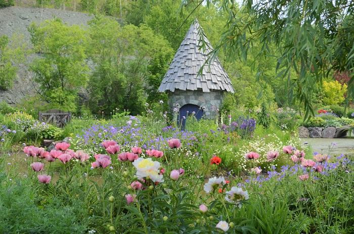 美しい木々と素朴な美しさをもつ野草やグラス(草本類)が、華やかな花と混じり合う自然風の庭園です。  この庭には真夜中にこっそり庭仕事を手伝うガーデンノームが住んでいるんです。お子さんと一緒にノームがお庭に隠れていないか探す楽しみがあります♪  *ガーデンノームとは小さな人の姿をした想像上の妖精のことで、彼らは先のとがった帽子を被っていて、昼間は決して人の前に姿を現さず、真夜中にだけ庭仕事をするといわれています。