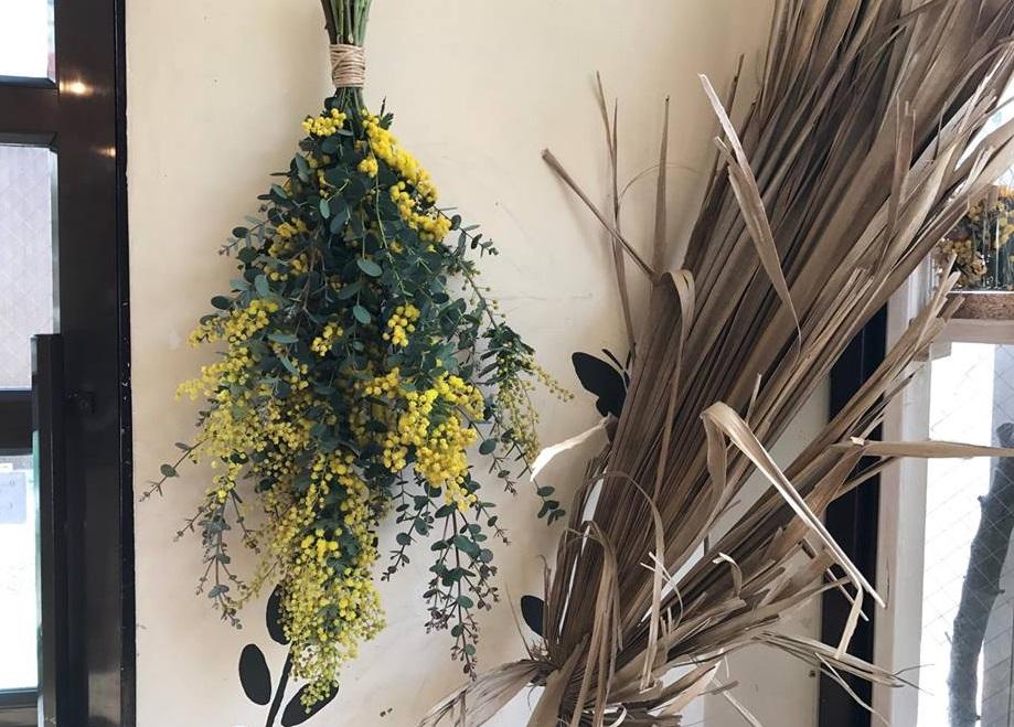 ⑤こちらで完成。ミモザの黄色とグリーンだけで作ったシンプルなスワッグ。壁にかけておしゃれに楽しめます。