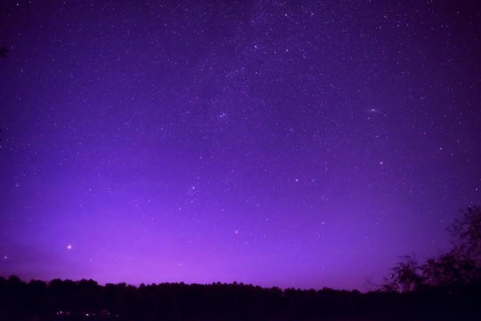 喜寿のお祝いの色は「紫」。紫は、古来の日本ではとても貴重な色でした。気品や風格を備えた色で、貴族の冠位で最上位の色として用いられていました。僧侶でも紫色の衣は、最高位の僧侶にだけ着用が許されていました。「古希祝い」のテーマカラーも紫ですね。