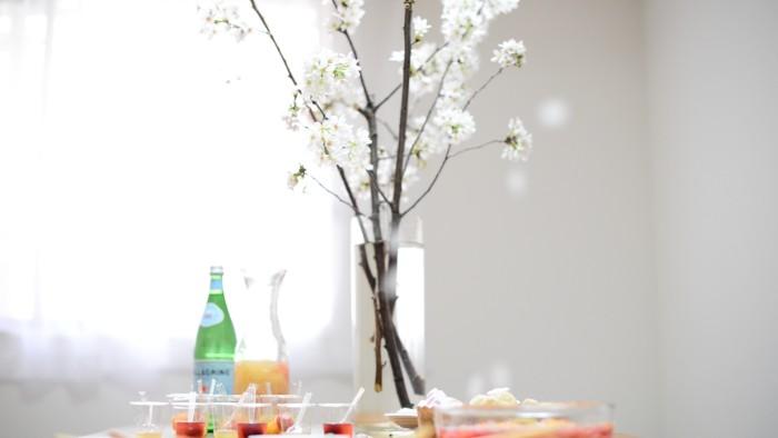 屋外ではなく屋内にお花見会場を設定することで、「野外でのお花見は実は苦手」という人でも、快適に過ごせるはず!
