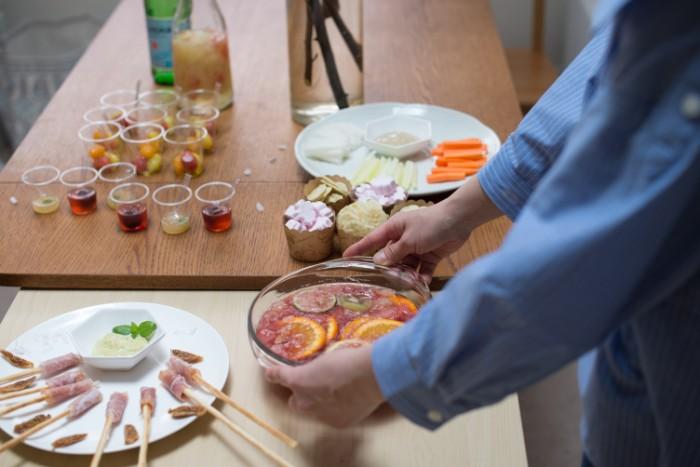 少人数のお花見パーティーでは、食器にもこだわって桜がデザインされたものを利用して華やかに演出するのも楽しいでしょう。