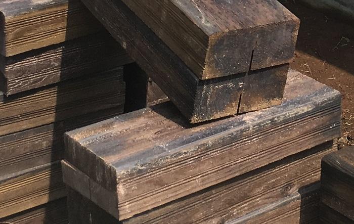 枕木などの木材は、温かみのある花壇にしたい方におすすめの資材です。長く濡れた状態が続くと劣化しやすいので、防腐処理を行うか、防腐加工がされているものを選びましょう。