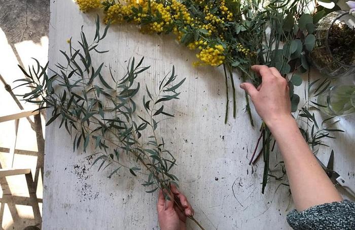 ①使う花材の準備。手で持つ部分にお花や葉がくる場合は取っていきます。