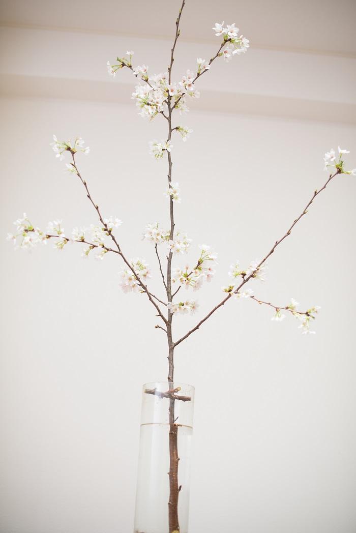 3.十字の真ん中に枝を立てていけます。