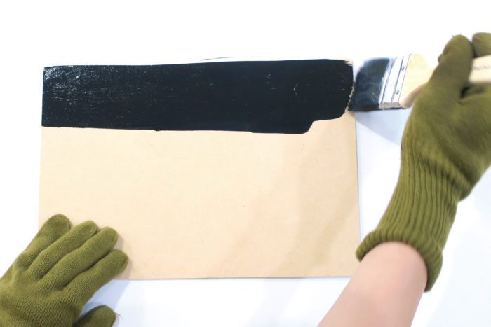 ① 板の側面と表面をヤスリで滑らかにしてから黒板塗料を二度塗りする