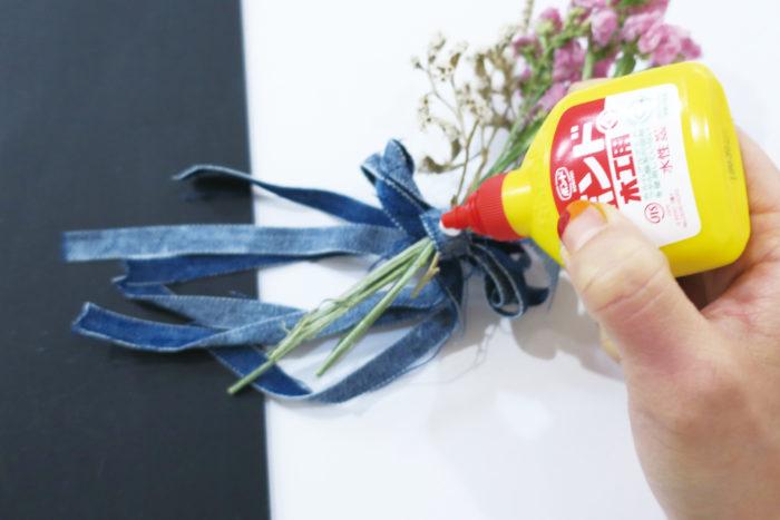 ④ リボンや茎の平らな部分に木工用ボンドをたっぷりつける