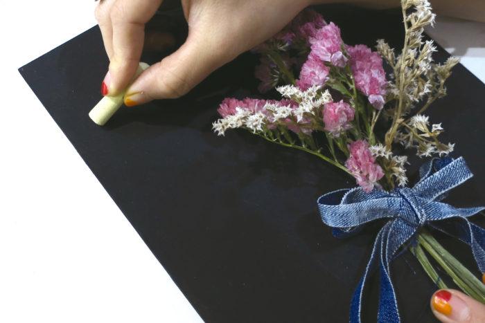 ⑥ ボンドが乾き接着したら、チョークで字や絵を描いて完成