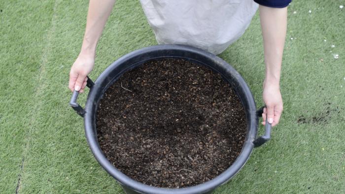 土は野菜用の培養土を用意します。スイカは過湿状態が続くと土壌病害の発生が多くなるといわれています。用土の水はけには気を配りましょう。  プランターの直径・深さ共に30cm以上はある、なるべく大きめのプランターをご用意ください。