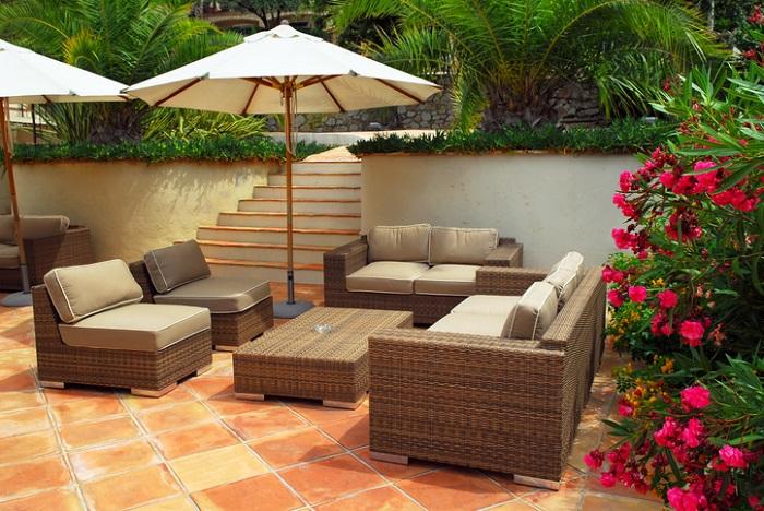 リビングの延長のようにお庭を楽しむ、アウトドアリビングとしてのお庭も人気のテーマです。  アウトドアリビングとして楽しむのであれば、室内の床と高さを合わせることでより一体感が得られます。ウッドデッキで施工をするなら、リビングの窓の吐き出し口と高さをフラットにしましょう。お庭のウッドデッキも室内の床と色や木目を合わせればさらにお部屋の延長といった雰囲気を楽しめます。