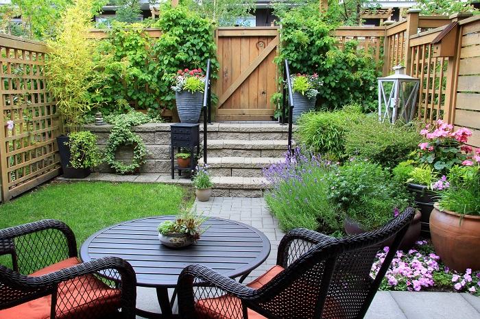 「お庭のあるお家に引っ越した」あるいは「自宅の庭のリフォームをしたい」などなど、理由はそれぞれかと思いますが、お庭作りたい熱が上がった先に最初にぶつかるのが予算の壁ではないでしょうか。お庭作りなんてそんなに何度も経験するものではありません。予算も目安も手探りですよね。  施工業者に依頼をした時のおおよその料金目安を載せておきます。芝やウッドデッキは特に、素材や品質によって金額も大きく変わります。こちらはあくまで一例です。参考にしてください。  実際に施工業者に依頼する前に、何か所かの業者に問い合わせを行って、合い見積もりを取ることをおすすめします。業者によって見積もりも違ってきますから、後のトラブルを避けるためにも合い見積もりは取っておいた方がいいでしょう。