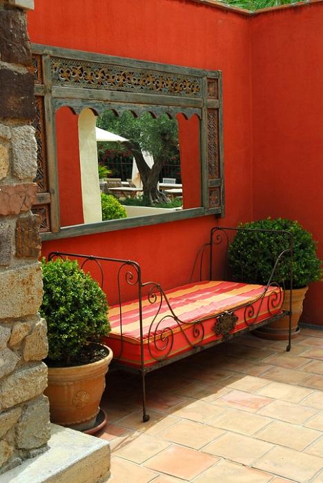 広いお庭の場合、植物だけで作り上げる楽しみもありますが、印象的なオーナメントを存在させるのも効果的です。特に大きな窓枠や扉といったオーナメントはそこから先に何かがあるようなわくわくした気持ちを持たせてくれます。