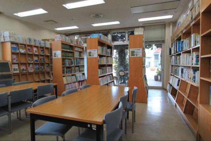 園内の図書室の様子です。花の図鑑や専門書、雑誌も含めて約5,000冊もの蔵書があります。