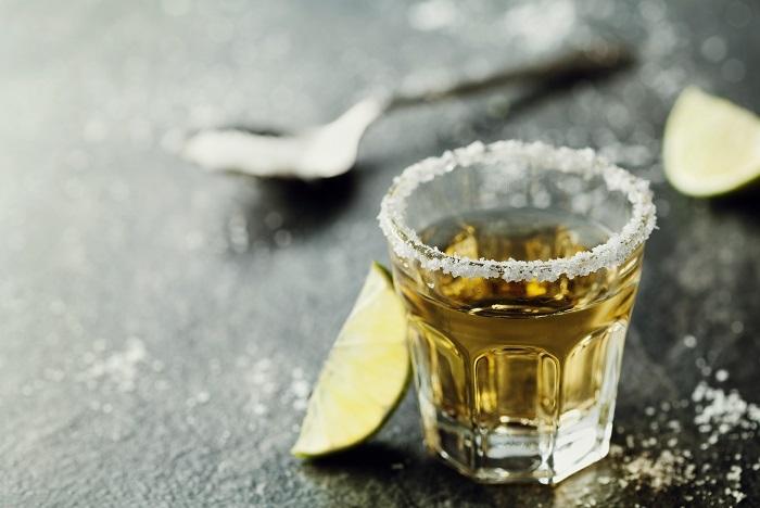 アガベといえばテキーラの原料で有名な植物です。テキーラについて調べているうちに、アガベに辿り着いた方も多いのではないでしょうか。  テキーラはアガベの茎から作られる蒸留酒です。メキシコの指定された地域で生産されたものを指定された地域で、指定の方法で蒸留したものをテキーラと言います。 甘く飲み口のいいお酒ですがアルコール度数は33~55%と高いお酒です。テキーラと言えば塩とライムを舐めながらショットで飲むというイメージが強いお酒ですが、アルコール度数の高いお酒ですので無理は止めましょう。最後は自己責任です。  熟成が進むとアンバーカラーに変化していきます。この熟成段階によって呼び名も変わります。例えば一般的なシルバーテキーラやゴールドテキーラの他にも更に熟成されたものがありますので、興味のある方は調べてみてください。