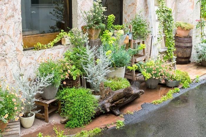 お庭が狭い、あるいはマンションでバルコニーしかないからといってあきらめていませんか。お庭が狭くてもバルコニーしかなくてもおしゃれスペースにすることはできます。せっかくのスペースを殺さず活かして心地いい時間を過ごしてください。