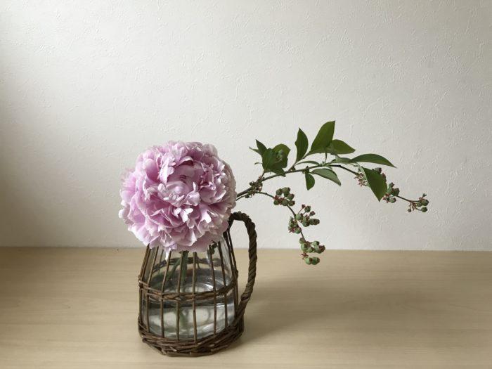 2.次に主役になる芍薬の花の位置を決めます。