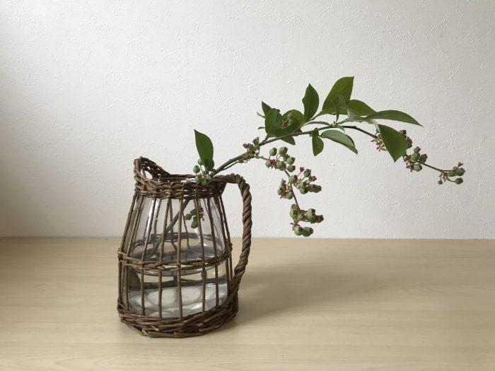 1.ブルーベリーの枝を花器の2倍程の長さに合わせて切り、枝は自然に枝が固定される位置に生けます。  水に浸る箇所に葉がついている場合は先にカットしておきましょう。  枝モノを入れる事で空間や奥行きを表現する事が出来ます。  芍薬の重厚感を和らげて全体の調和を涼やかにまとめあげる役割をします。