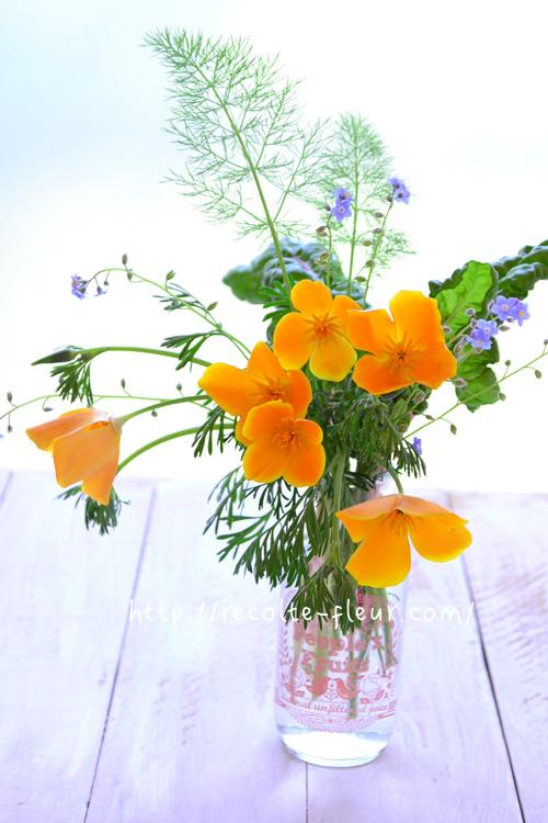 花菱草、ワスレナグサとハーブの葉っぱ類の花あしらい
