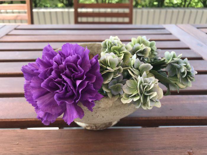3.1本目のムーンダストを紫陽花の横に器の縁に添わせていけます。